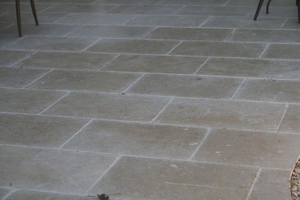 Terrasse en dallage pierre naturelle beige