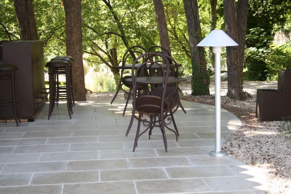 Sol extérieur en pierre naturelle : terrasse en pierre Cèdre Gray finition vieillie