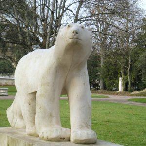 L'Ours Blanc de Dijon, cette sculpture de deux mètres cinquante, taillée en pierre de Lens, trône à l'entrée du Parc Darcy. Il s'agit d'une reproduction du célèbreOurs BlancFrançois Pompon