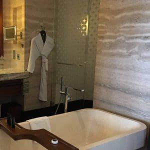 Salle de bain en travertin gris silver
