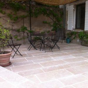 Terrasse naturelle - Carrelage en pierre calcaire dure en Cèdre Gray - Finition Tambourinée