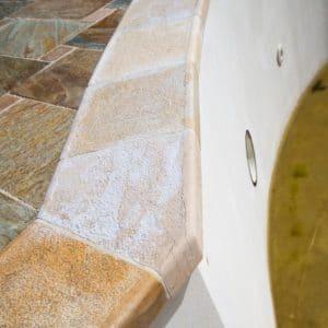 Margelles de piscine en pierre naturelle aux couleurs nuancées