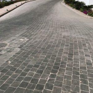pavage en pierre naturelle gris foncé