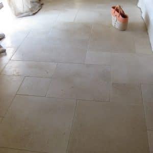 Le charme de la pierre naturelle en revêtement de sol - Dalle en Créma Nova - Finition adoucie