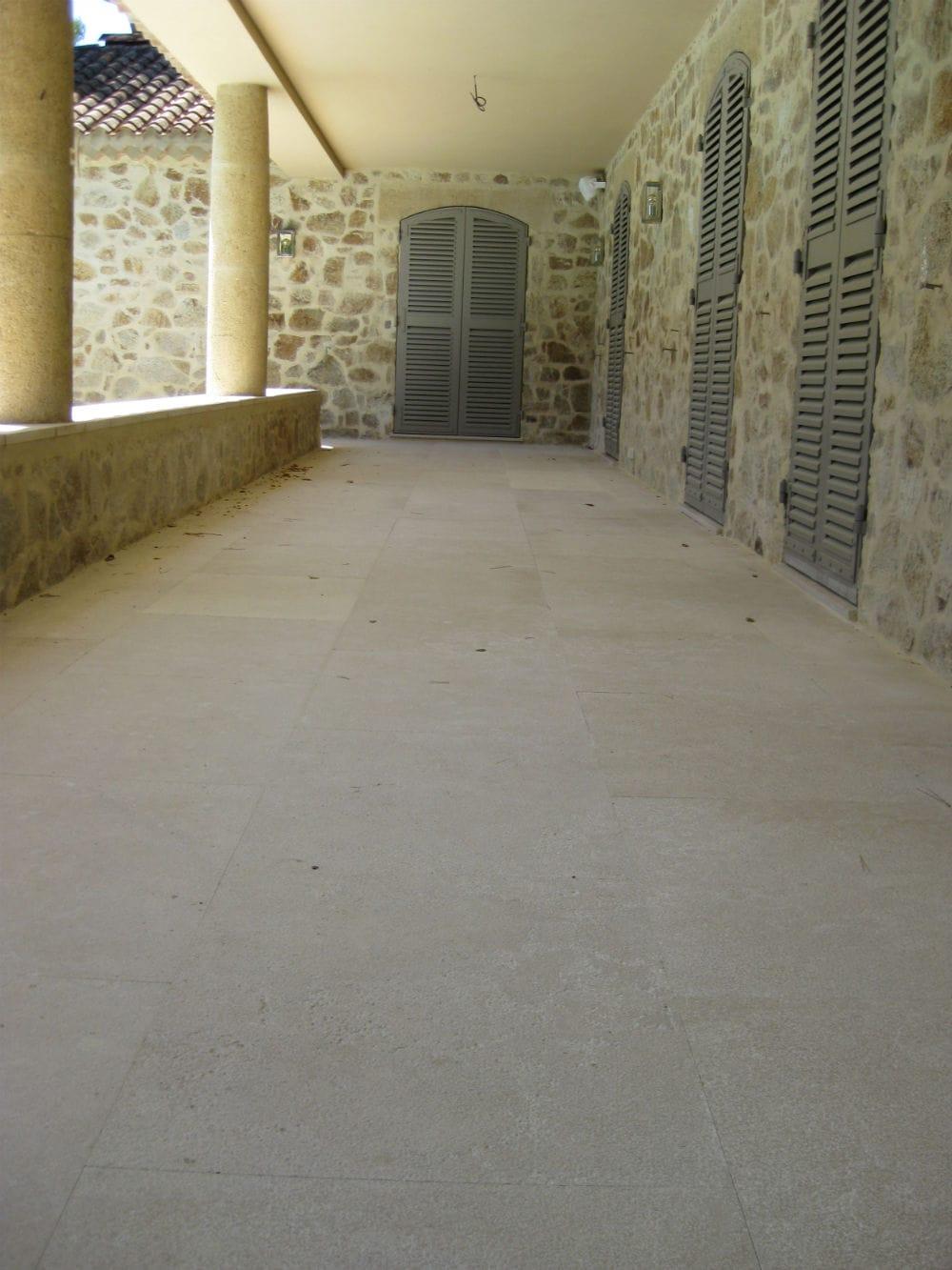 Carrelage extérieur en pierre beige