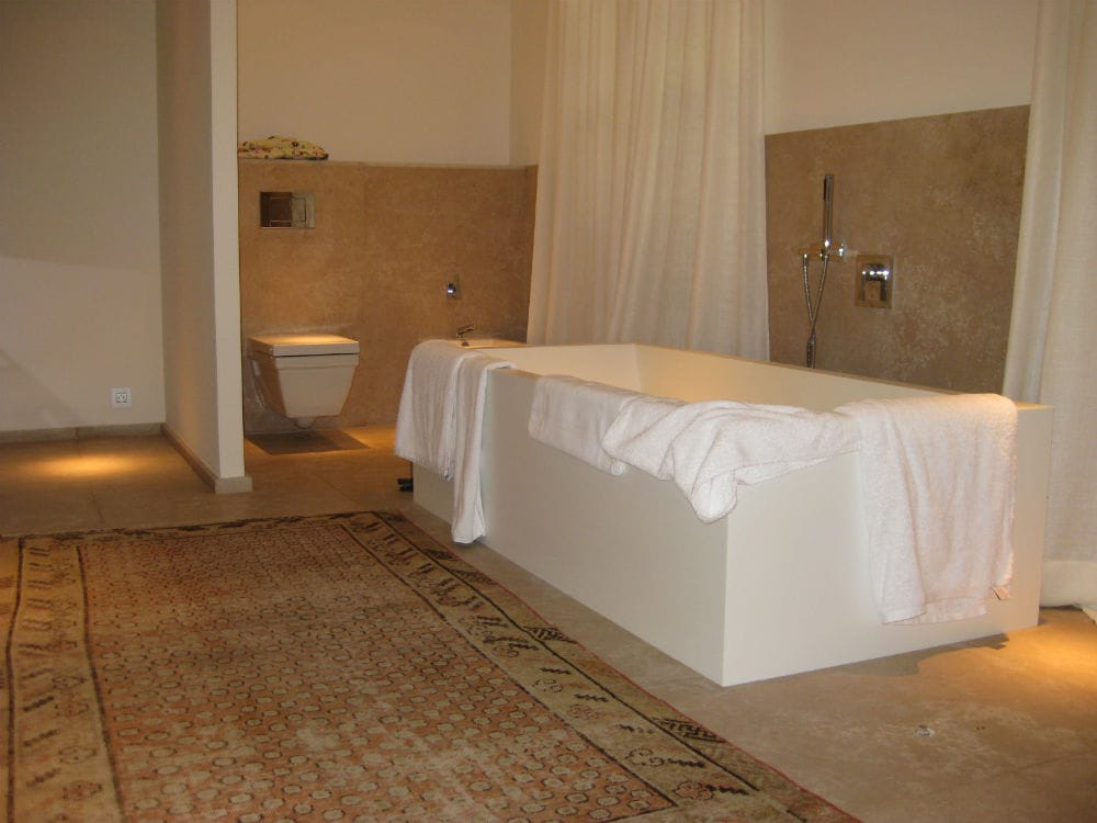 Carrelage de salle de bain : sol et mur en pierre