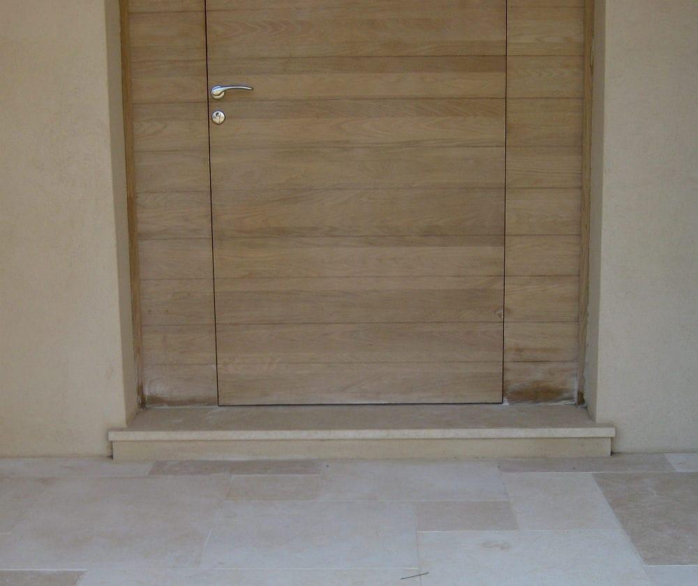 Seuil de porte et terrasse en pierre beige
