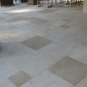 Sol extérieur en pierre naturelle beige Créma Nova - Finitions sablée et adoucie