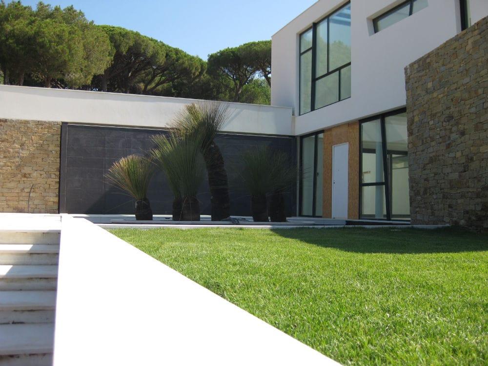 Magnifique aménagement extérieur - marches en pierre beige